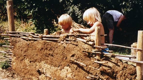 Bau einer Lehmwand im Archäologischem Zentrum in Hitzacker