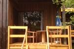 Veranda des rustikalen Holzbungalows für 2 Personen in Land Kamerun