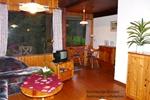 Wohnzimmer des rustikalen Holzbungalows für 2 Personen in Land Kamerun