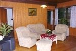 Wohnbereich des rustikalen Holzbungalow für 4 Personen in Land Kamerun