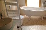 Badezimmer mit Badewanne der Kamerun Komfort-Lodge für 2 Personen in Land Kamerun